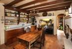 Уютный дизайн интерьера кухни в деревенском стиле от V.I.Photography & Design