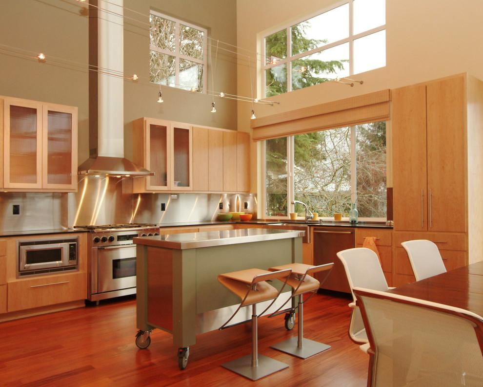 Стильный дизайн мобильного кухонного острова в интерьере кухни