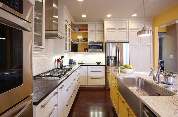 Тёмные кухни: правильное освещение в интерьере с маленьким окном
