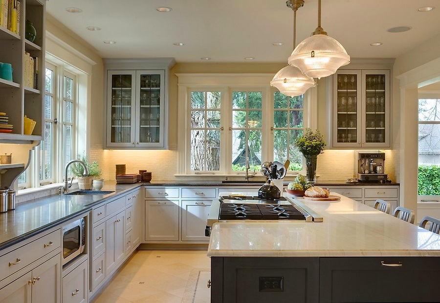 Белая кухня из дерева