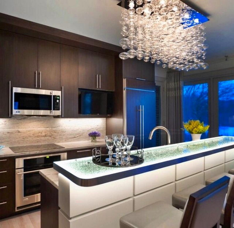 Дизайнерская люстра на современной кухне