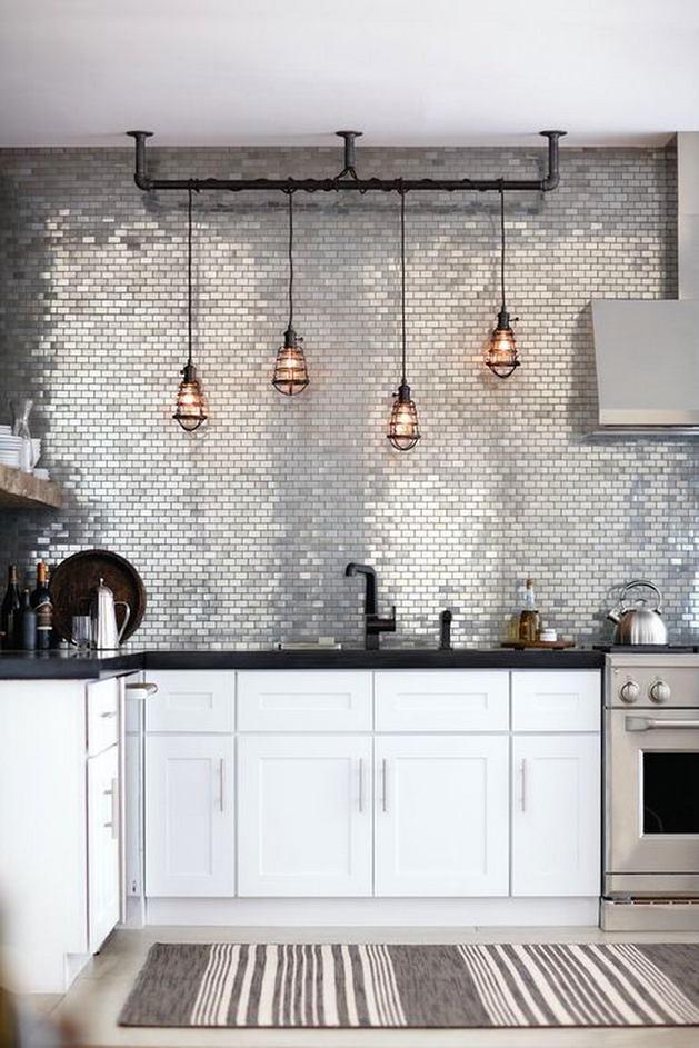 Блестящая плитка на кухне