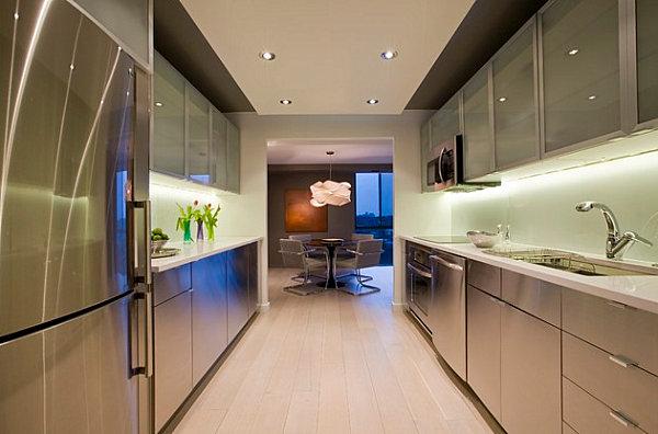Металлические шкафы в ультрасовременной кухне