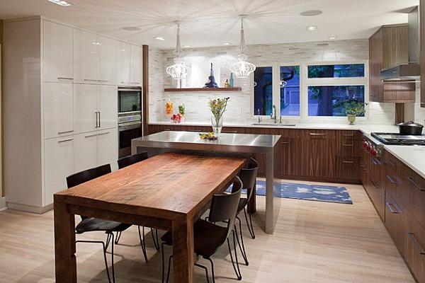Деревенский дизайн кухни с современным акцентом в виде металлического стола