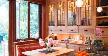 Витражное стекло в оформлении верхних шкафов куонного гарнитура