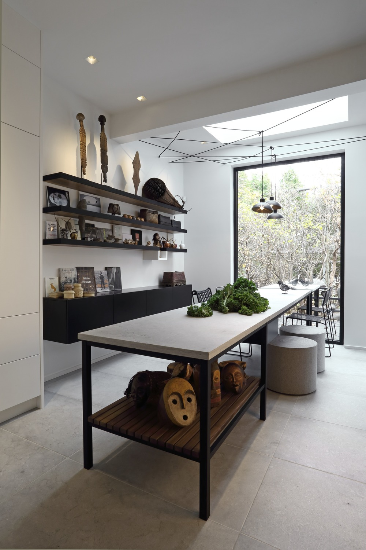 Длинный стол с плетеными и круглыми креслами в  интерьере кухни