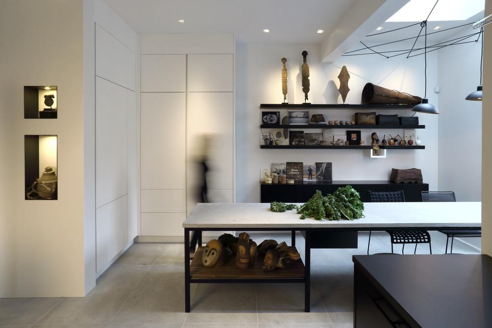 Интерьер черно белой кухни с декором сувенирами из разных стран