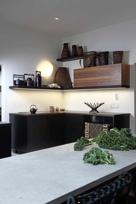 Сувениры  расположены по всему пространству кухни