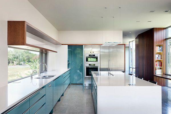 Сине-белая глянцевая кухня со стильным гарнитуром и островом