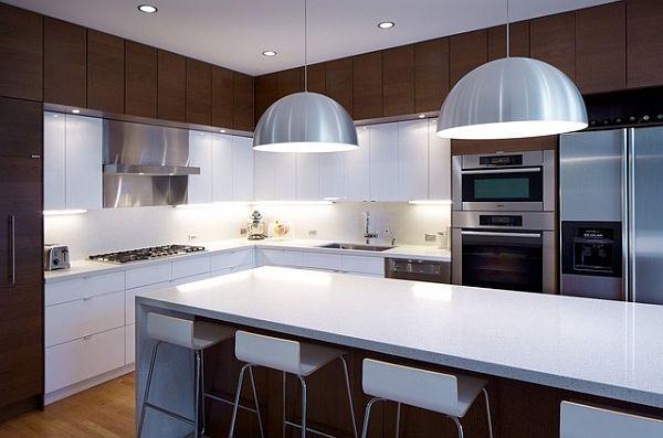 Кухня в коричневых и белых тонах с современной техникой и оборудованием