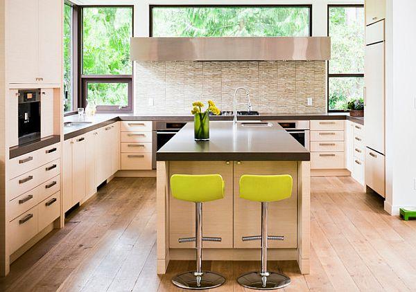 Лаймовые табуреты на фоне нежно-кремового дизайна кухни
