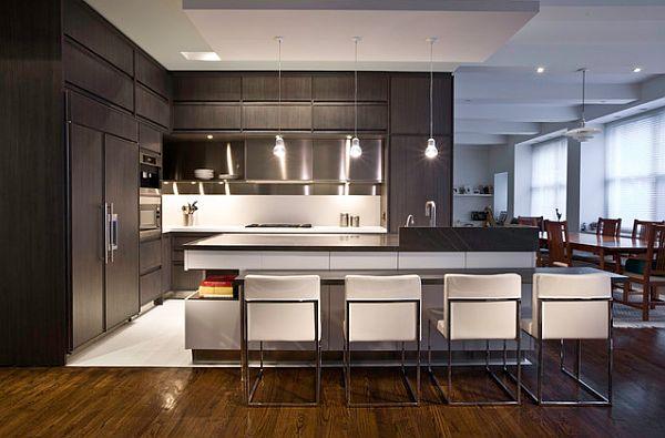 Тёмный кухонный уголок с белоснежными акцентами и встроенным освещением