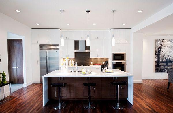 Кухня с белоснежной мебелью и полом из красного дерева