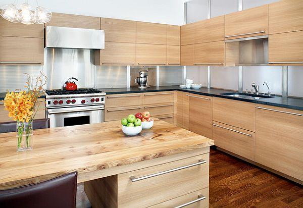 Модный дизайн кухни с мебелью и полом из натурального дерева