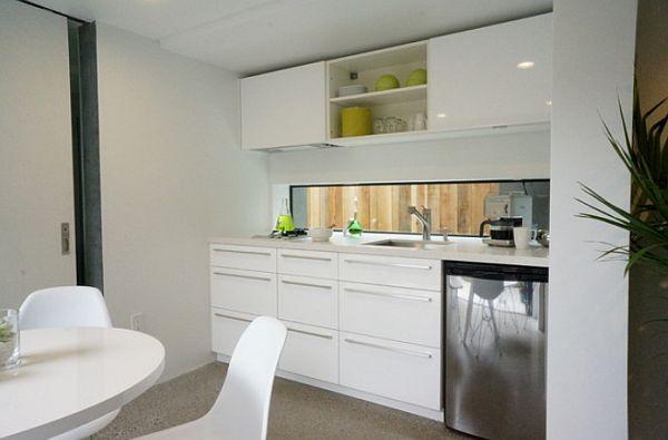 Минималистичный декор кухни с белой мебелью
