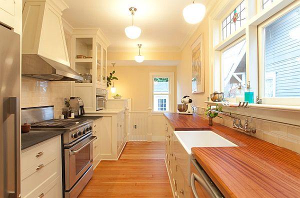 Дизайн малогабаритной кухни с настенным смесителем и деревянными столешницами