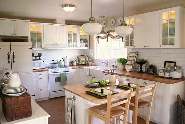 Небольшая кухня с L-образным гарнитуром и компактным столом