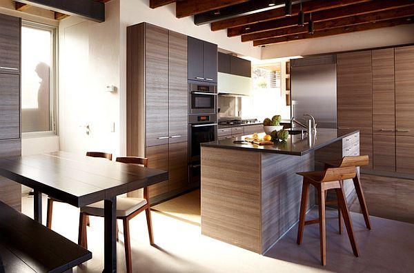 Потрясающая кухня со стильным гарнитуром из натурального дерева