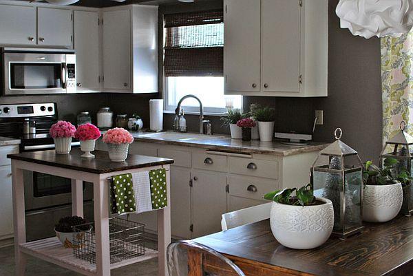 Модное и организованное пространство с белой мебелью, комнатными растениями и милым декором