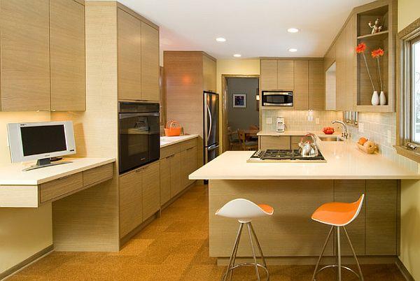 Современное оформление кухни с причудливыми шкафами и деревянным паркетом