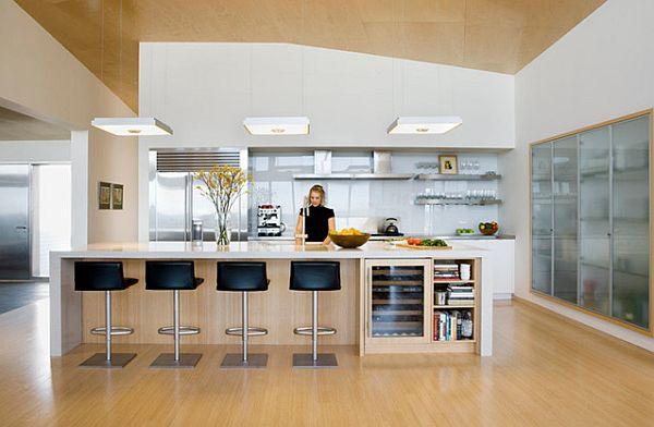 Современная кухня со стеклянными блоками и деревянным полом
