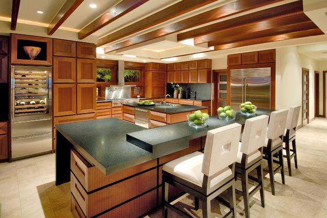 Современная кухня со столовой, барной стойкой и винным холодильником