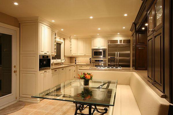Роскошный декор кухни с тёмно-коричневыми и белыми шкафами