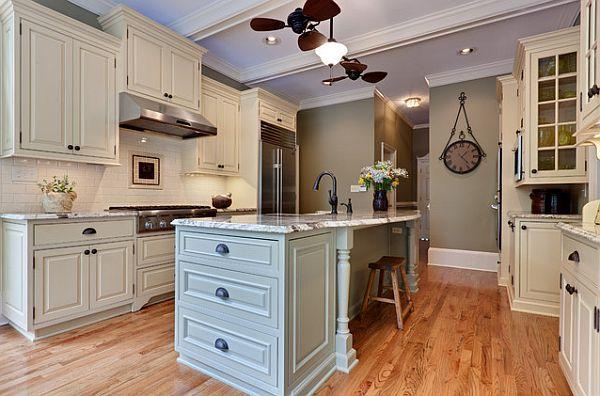 Традиционный дизайн кухни с пастельной мебелью и стильным островом с выдвижными полками