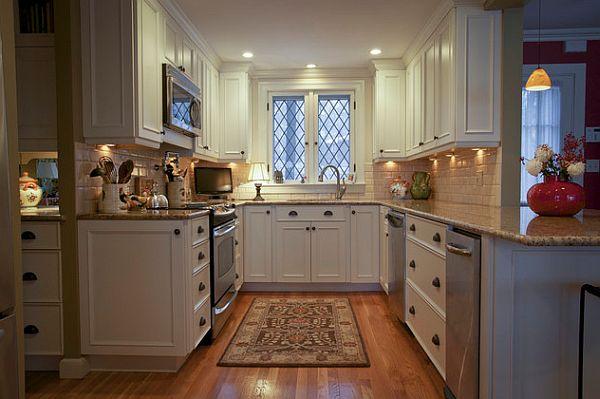 Традиционный вариант модернизации кухни с классической мебелью и ковром