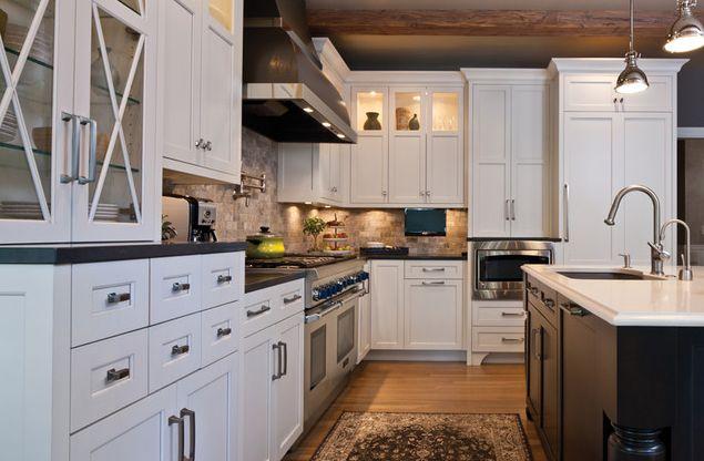 Сочетание лаковых шкафов и деревянной отделки в традиционной кухне