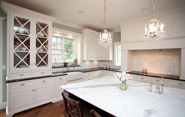 Белая отделка кухни с роскошными хрустальными люстрами