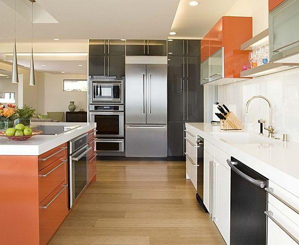 Красивая и современная кухня в оранжевом, чёрном и белом цветах