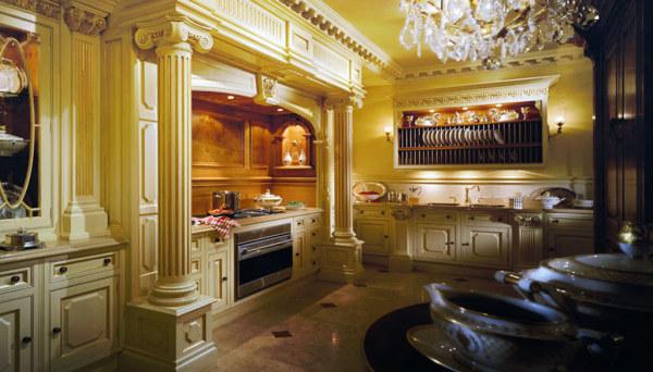 Роскошный дизайн кухни с античными колоннами и хрустальной люстрой
