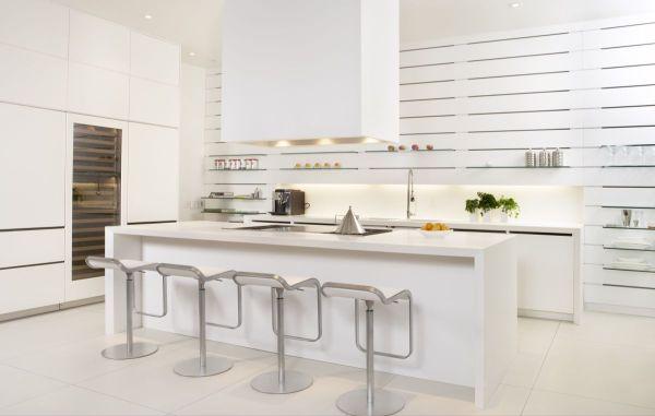 Изысканная мебель в безупречно-белом оформлении кухни с мансардой