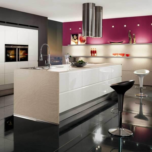Стильный дизайн кухни с контрастной отделкой в розовом цвете