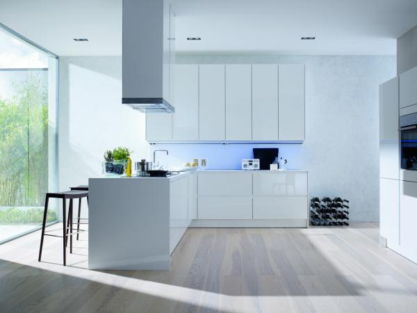 Роскошная белая кухня в стиле минимализма
