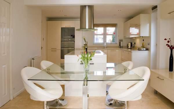 Потрясающий дизайн столовой со стеклянным столом и мягкими белыми креслами