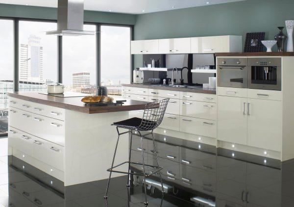 Белая мебель, глянцевые полы и металлическая отделка на кухне