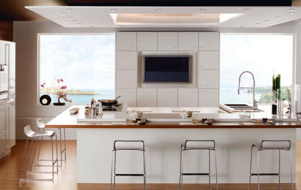 Вдохновляющий стиль кухни в белоснежном исполнении с видом на море