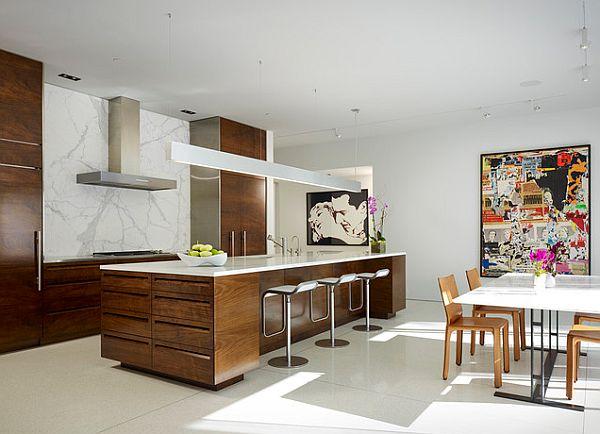Кухня с деревянными шкафами, мебелью и предметами искусства