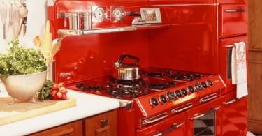 Металлические шкафы и бытовая техника ярко-красного цвета в интерьере кухни