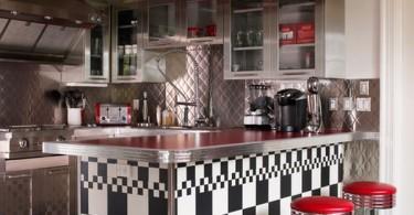 Чёрно-белый интерьер кухни с красными акцентами
