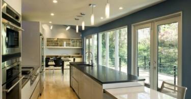 Оригинальный дизайн интерьера узкой кухни с выходом на террасу