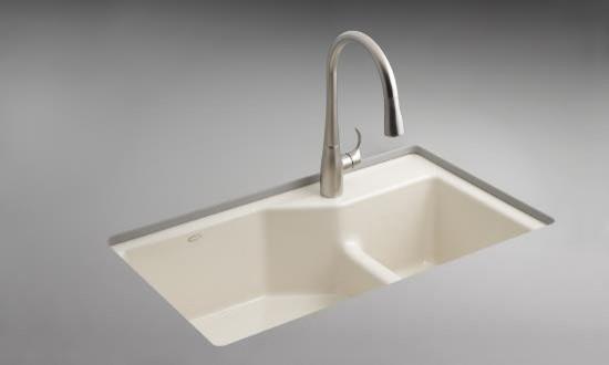 Эмалированная чугунная раковина в интерьере кухни от PlumbingDepot.com