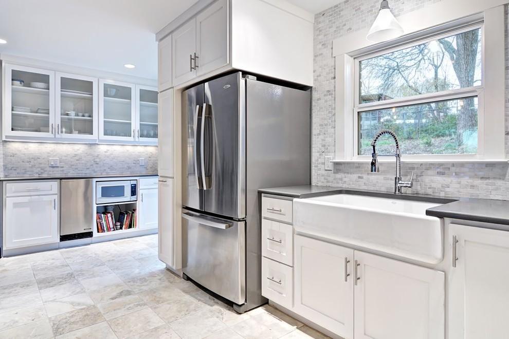 Эмалированная чугунная раковина в интерьере кухни от Avenue B Development