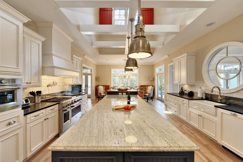 Эмалированная чугунная раковина в интерьере кухни от Echelon Custom Homes