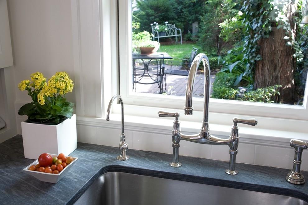 Стильный дизайн кухонной раковины из нержавеющей стали от <em>Jeanne Finnerty Interior Design</em>
