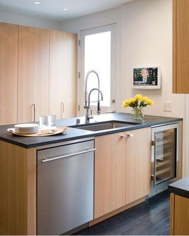 Стильный дизайн кухонной раковины из нержавеющей стали от <em>Michael Merrill Design Studio, Inc</em>