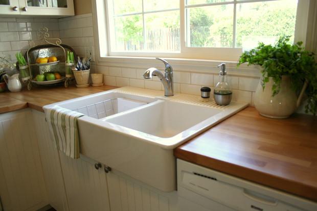 Кухонные полотенца на краю кухонной мойки