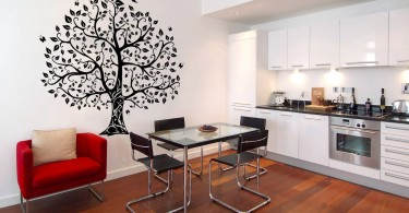 Наклейка на стену дерево в интерьере кухни